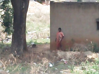 wanita - desi lady pissing behind her house