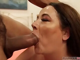 Sexy MILF Jessica Lust Meets Latino Stud on South Beach